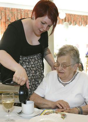 Karoline Wissel och Majliss Strid pratar hjärtligt med varandra medan det är dags att servera påtår.