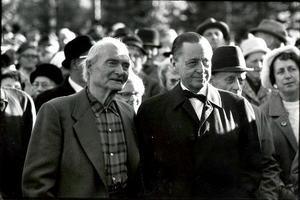 Albert Viksten tillsammans med landshövding Jarl Hjalmarsson vid invigningen av kojbyn i Lassekrog 1966.
