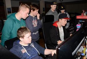 Gemenskap. Medlemmarna i föreningen Fun4u delar intresset för dataspel och var under helgen ihopkopplade i ett stort nätverk.