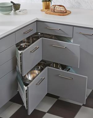 Det moderna köket maximerar funktionen och bygger bort svåråtkomliga utrymmen. De här praktiska hörnlådorna kommer från Ballingslöv.