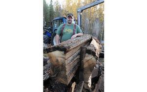 Åke Olsson byggde en supervedklyv av en gammal gaffeltruck. Foto: Sven Thomsen/DT