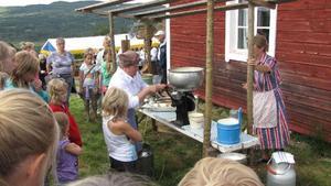 Marianne Hjort instruerar hur man separerar grädden från mjölken för många intresserade.