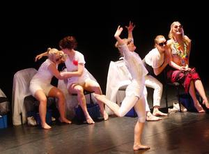 Eleverna dansade fram olika sinnesstämningar, bland annat bitter, misstänksam, egoistisk och positiv, till effektfull musik.