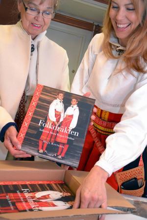Färgsättningen med de klara röda, gröna och blå färgerna fungerar, konstaterar Mejt och Susanne när de ser de första färdiga bokexemplaren.