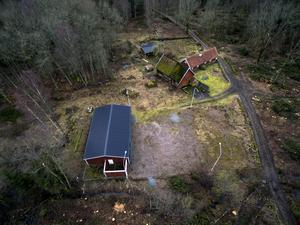 Maskinhallen som döljer bunkern och dess rastgård synlig till vänster på gården i norra Skåne.