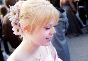 I stället för att gå till frisören tog Kristina Lekedal hjälp av mamma Gunilla som fixade en fin blomsterprydd svinrygg, vilken matchade den ljusrosa klänningen.