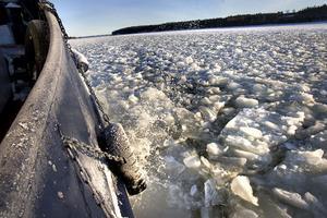 På väg mot Dukarsundet bryter isbrytaren Skärnäs upp en ny ränna för M/S Obbola, som snart anländer.