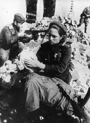 Sårad soldat plåstras om av kvinnlig soldat i Röda armén. Kvinnorna spelade en stor roll i en sovjetiska krigsmakten.   Foto: APN/TT
