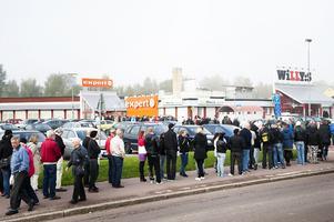 Hundratals personer köade utanför butiken på förmiddagen.