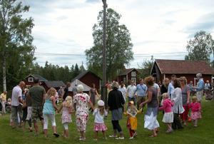 Genuint. Här ute på landsbygden tycker många att midsommarfirandet är mer äkta och mer genuint.