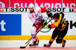 Thomas Larkin i en duell innan tacklingen och matchstraffet. Foto: Simon Hastegård/Bildbyrån