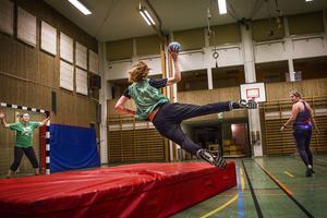 I Öjehallen träffas varje vecka ett gäng på runt 15 tjejer för att träna handboll. De siktar på seriespel till hösten.