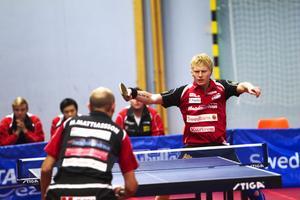 Hampus Nordberg gjorde kvällens bästa insats då han besegrade Mikael Mathiasson i tre raka set. Trots sitt skadade vänsterknä. Men Suif föll ändå i premiären med 2–3 mot Kävlinge.