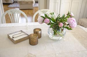 Vackra blommor och små stilleben syns lite överallt i Lilianns lantliga hem. Pionerna ger en romantisk touch och rosa går perfekt till de ljusa tonerna som pryder nästan hela hemmet.