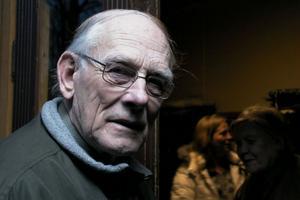 Bror Eklund från Voxnabruk hade tidigt köpt biljett till teaterföreställningen Älgaslag, som visades i bygdegården häromkvällen.