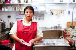 Thougkam Persson kommer från en stad som heter Ban Na som ligger åtta mil från Bangkok.I de här lokalerna låg det en elfirma. Nu har Thougkam Persson byggt om till restaurang.Rattarnaporn Boonpung, Chanya Sae-Tung och Thougkam Persson tillagar och serverar thailändsk mat i restaurangen.