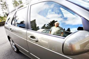 Sven-Inge Johansson i Sandviken vill varna andra för bilbedragarna som stjäl namn och bilannonser från nätet. Han själv upptäckte att någon annonserade ut hans bil till ett vrakpris på Blocket och polisen menar att fyndpriset lockar många till att betala in en handpenning. Samtidigt står polisen handfallna då de flesta bedrägerierna görs från utlandet.