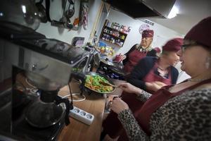Det är full fart i köket hos Lena Svedevall från Hälobyrån som är en lokal coach när det gäller kostbiten. Patienterna lagar medelhavskost.