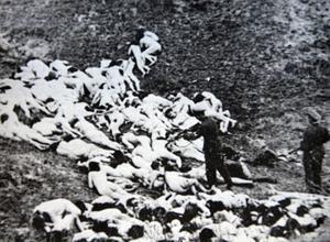 Soldaterna i Waffen SS var en del av den mördarmaskin som försökte utrota judarna. Efter kriget dömdes hela Waffen SS som en krigsförbrytarorganisation på grund av tyskarnas besinningslösa slaktande av miljoner judiska män, kvinnor och barn.