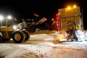 7 ton torrsalt får plats i plogbilen, det används när det på pågående snöfall som den här natten. Jörgen kör traktorn och fyller upp behållaren.