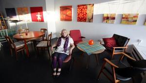 KONSTFIKAR. Elvy Drugge är först ut som utställare på det nya kombinerade kaféet och galleriet i Sandviken.