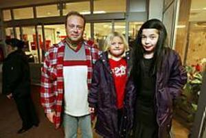 Foto: LASSE WIGERT Nekades taxi.  Pappa Mike Sterner, Mikaela och Pernilla fick inte ta en taxi när X-Trafiks tåg åkte ifrån dem.