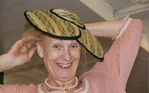 Karin Jatta som är världsvinnare i skicklig hattillverkning har gjort flera repliker av Karin Larssons hattar som just nu ställs ut  i Sundborn med start idag.FOTO: KERSTIN ERIKSSON