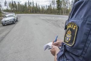 En man stoppades av polisen natten till den 13 oktober som nu misstänks för bland annat grov olovlig körning och narkotikabrott. Bilden är en arkivbild och inte från den aktuella händelsen. Fotograf: Lars Ljungmark