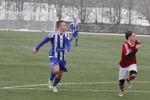 Simon Sundin, här i Avesta AIK:s blåvitrandiga tröja, är klar för Fagersta Södra.