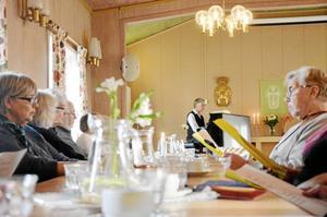 Ställde upp. Lars-Ove Karmeborg, bakom pianot, blev inkallad samma morgon som Dagledigträffen i Ramsbergs församlingsgård ägde rum. - Det är tur att de har oss pensionärer, citerade han sin frus kommentar efter den sena bokningen.