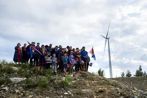 Tysta och observerande stod invånare från samebyn Jijnjevaerie och tog farväl av marken.