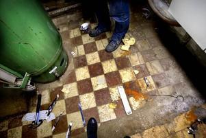 Någon som känner igen detta golv? Vi gissar att kaklet ligger kvar sedan det fanns en toalett här under den gamla busstationen.