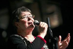 Inte nog med att hon håller i hela arrangemanget och dessutom bjuder på skön sång varje gång. Till gårdagens musikbuffé för seniorer hade Hildegun Forslund också egenhändigt bakat 400 småkakor till kaffet – snacka om eldsjäl!