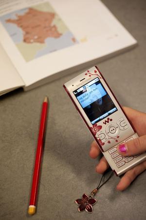 Lärarna får ta av elever mobiltelefoner som används under lektionstid.