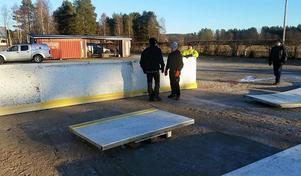 I helgen samlades ett gäng frivilliga för att sätta upp den gamla Brynäs-rinken på Korskrogens IP.