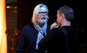 Studiomannen Henrik von Zweigbergk talar med Christer Björkman under repetitionerna inför Melodifestivalens andra deltävling.