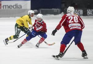 Västanfors fick jobba hårt för att få stopp på Ljusdals Misha Svechnikov.