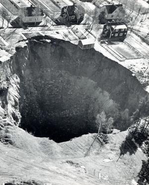 Mitt i natten den 16 mars 1961 inträffade raset in Idkerbergets gruva vilket gjorde att en 58 meter djup krater öppnade sig mitt i byn. Att olyckan skedde nattetid gjorde att inga barn fanns på den lekplats som försvann i djupet. Ett antal uthus, garage och bilar försvann dock ned i underjorden. Att boningshusen klarade sig får ses som ett smärre mirakel.