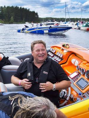 Leif-Ivan Karlsson på plats i Staberg i sin häftiga båt med två V8-moterer utvecklande 2 150 hk. Bakom anländer deltagarna en efter en. Totalt 55 båtar deltog i Poker Runn.