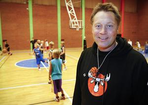 Sportchefen och coachen Mats Lundqvist är en av de som spelat en huvudroll bakom succén i Jämtland Basket Ungdom.