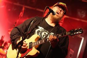 På lördag kväll spelar gitarristen Clas Yngström och hans band Sky High på Röda Bonden. Bandet trivs att spela på mindre lokaler där de kan ha kontakt med publiken.