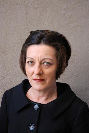 """Obekväm. Herta Müller (född 1953) tilldelades 2009 nobelpriset i litteratur. Hon växte upp i det kommunistiska Rumänien och blev snart obekväm för och förföljd av regimen. Hon bor sedan 1987 i Berlin. I sina böcker har Herta Müller skildrat både det """"amputerade livet i diktaturen"""" och exilens hemlöshet."""