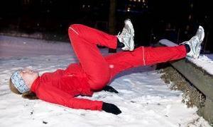 Höft- och ryggövning. Lägg dig på marken med benen mot till exempel ett trappsteg eller sten. Håll kroppen rak och tappa inte höften. Dra ett knä i taget mot kroppen. Lårets baksida jobbar också hårt.