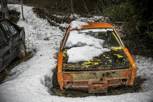 En av familjen Holmqvists tävlingsbilar börjar tina fram.