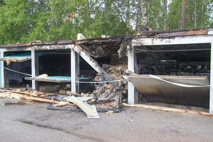 Bland annat en personbil och en motorcykel var sönderbrända.