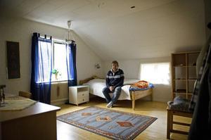Peter Lindberg i ett av rummen som står färdiga i huset och bara väntar på att få användas.