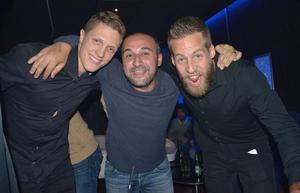 Frank Pettersson, till höger, firade sent i natt med sina vänner i Dalkurd.