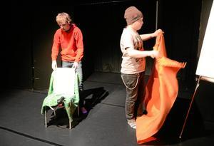 Scenbyte. Max Jansson förbereder sin del i föreställningen medan Henrik Åkerblom riggar om scenen.