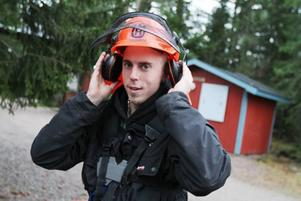RÖJER RUNT. Även om de nya lokalerna är fina så trivs eleven Linus Dahlström bäst när han är ute och röjer. Han vill jobba med stenläggning eller träbeskäring i framtiden.