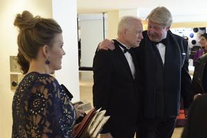 Regissören Hannes Holm tillsammans med Rolf Lassgård strax före att galan startade. I förgrunden Hannes fru Malin.